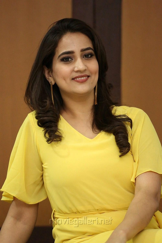 Telugu Anchor Manjusha Yellow Frock Pics