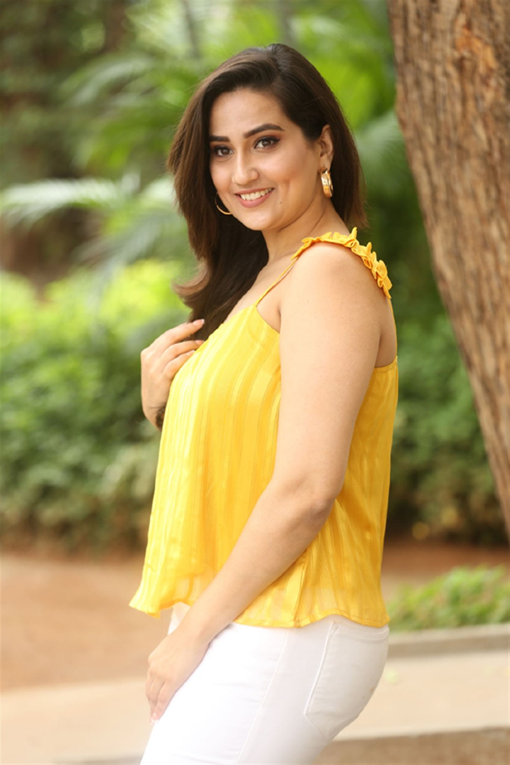 Anchor Manjusha New Pictures @ Beach Road Chetan Movie Teaser Launch