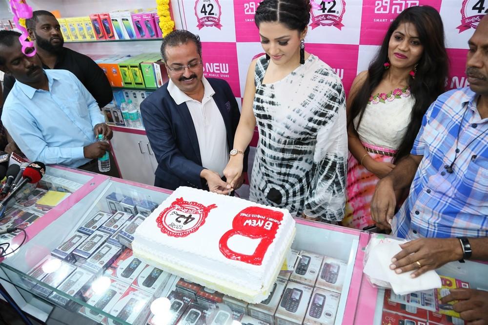 Mehreen Pirzada, B New Mobile Store, Mehreen Pirzada Launch B New Mobile Store At Hindupur, Mehreen Pirzada Photos, Mehreen Pirzada Images, Mehreen Pirzada Pics, Mehreen Pirzada Photoshoot, Mehreen Pirzada Stills, Mehreen Pirzada Gallery.