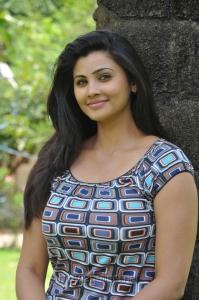 Tamil Actress Daisy Shah Pics in Mounamana Neram