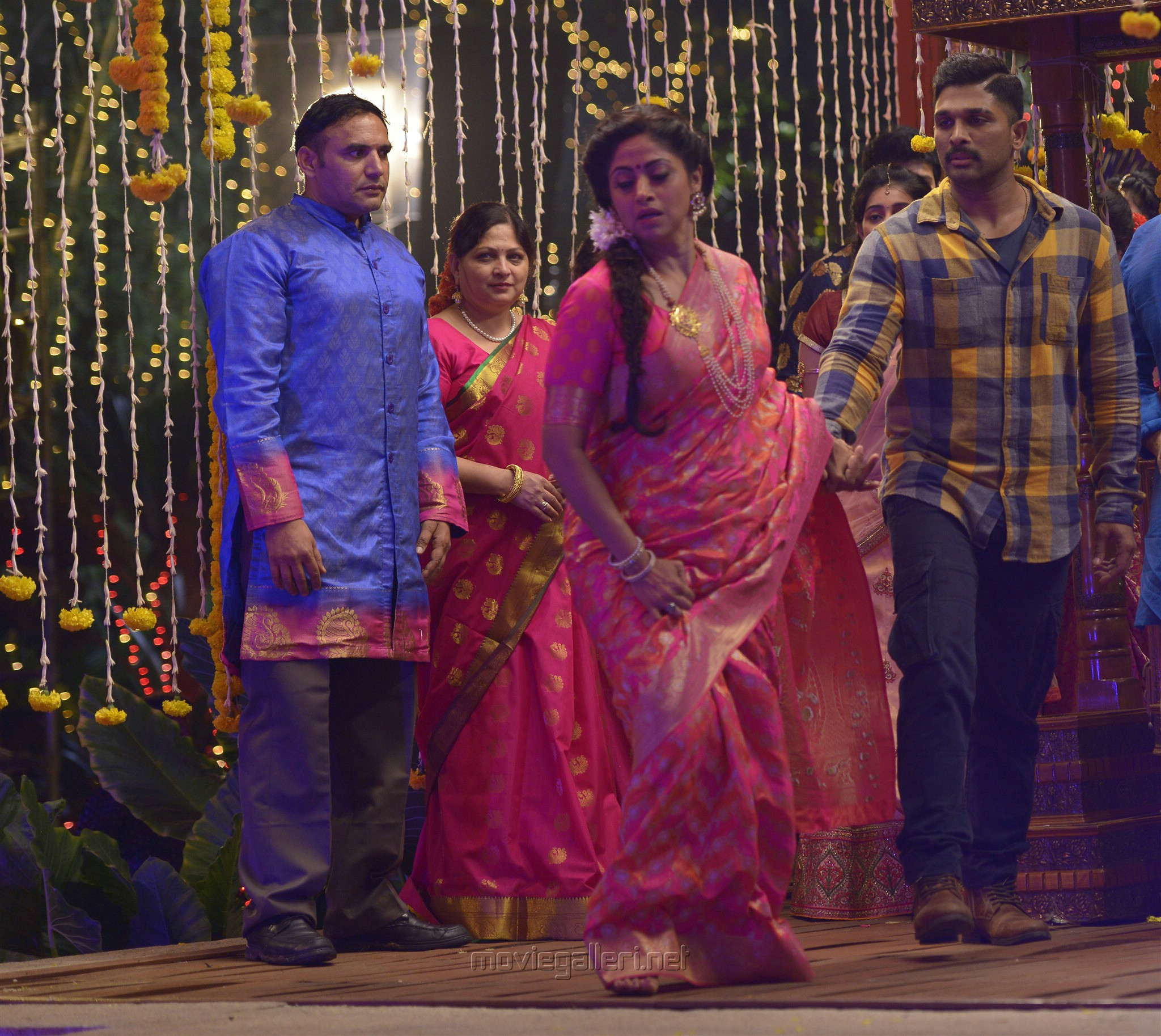 Nadhiya, Allu Arjun in Naa Peru Surya Latest Images HD