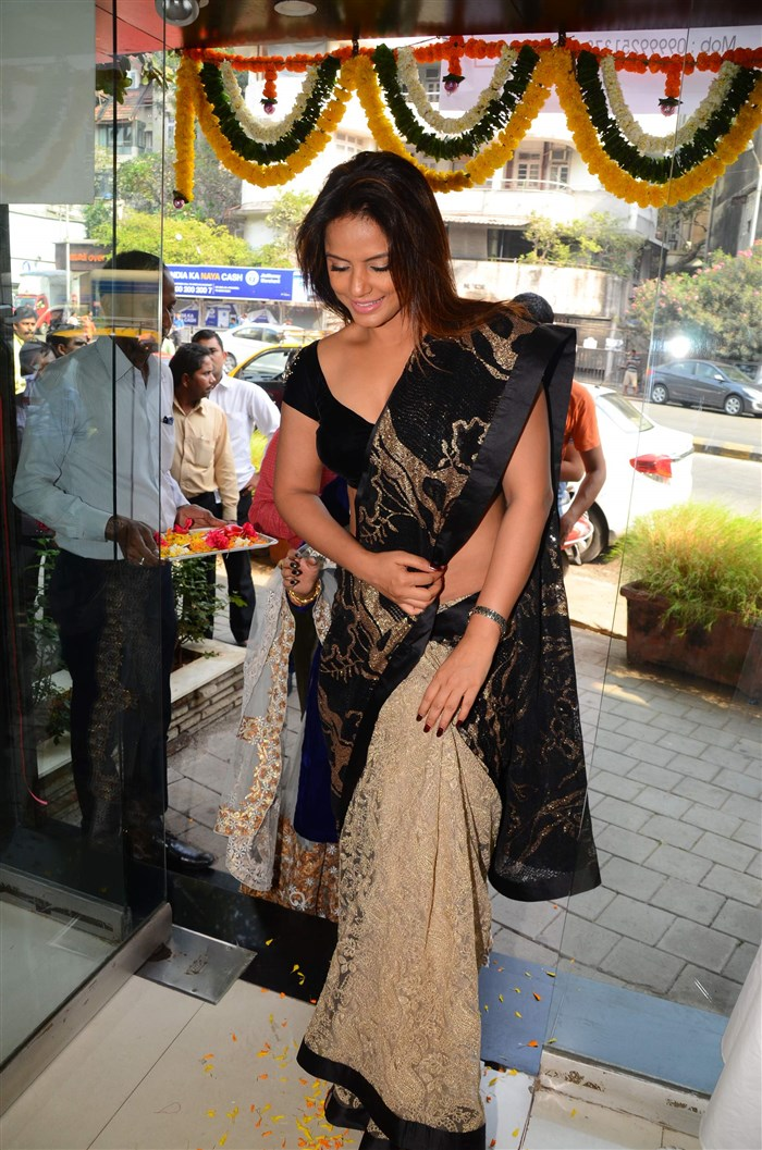 Actress Neetu Chandra Hot Pics in Black Saree
