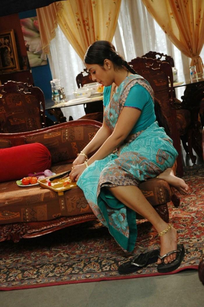 Nikita Thukral Hot in Saree Images