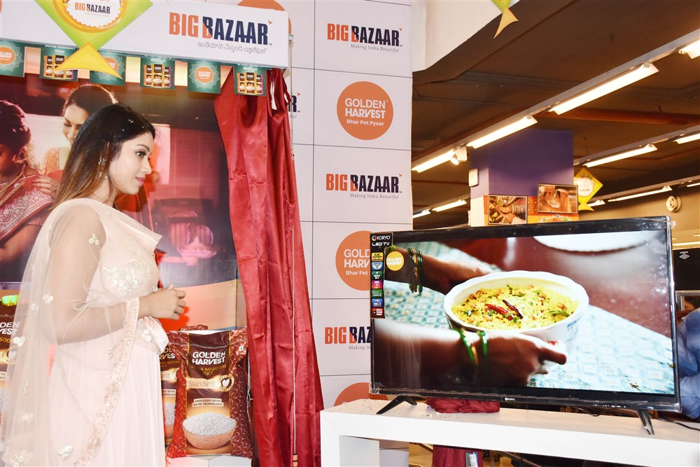 Nivetha Pethuraj launches Golden Harvest Sona Masoori Rice @ Big Bazaar Photos