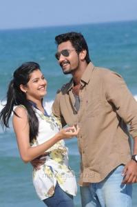 Ashrita Shetty, Arulnidhi in Oru Kanniyum Moonu Kalavanigalum Movie Stills