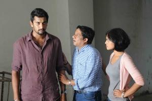 Arulnidhi, Bindu Madhavi, Bagavathi Perumal in Oru Kanniyum Moonu Kalavanigalum Movie Stills