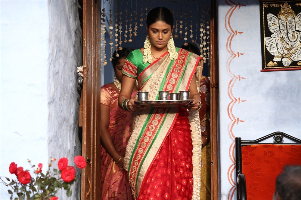 Actress Manisha Yadhav in Oru Kuppai Kathai Movie Photos