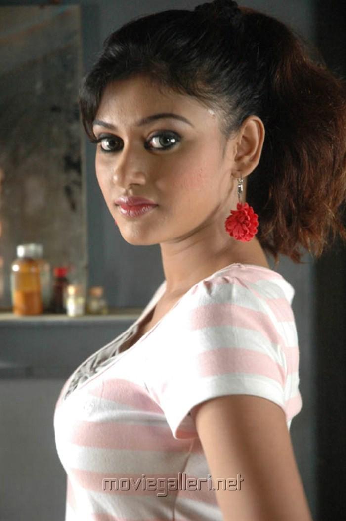 Kalakalappu Oviya Hot Stills Pics Actress Cleavage