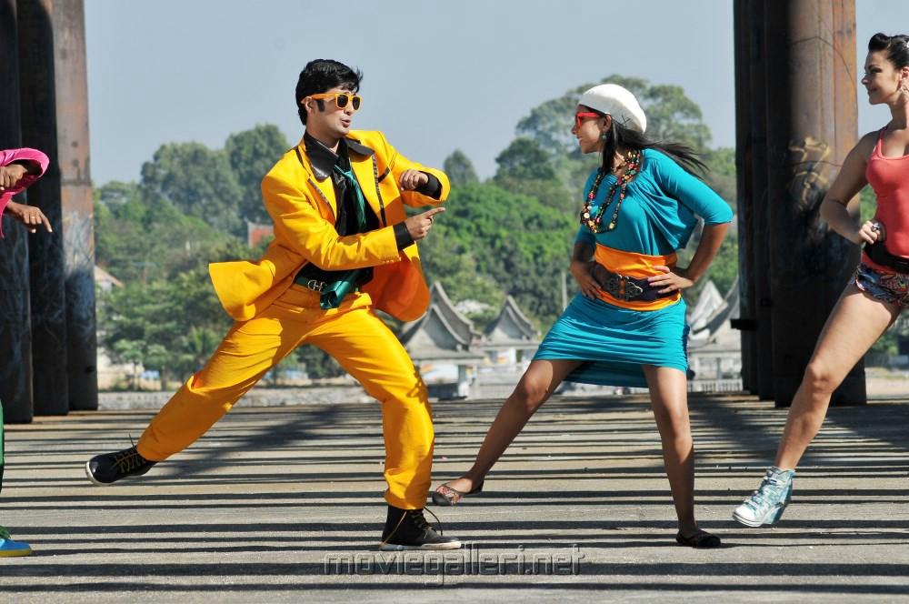 Rahul Ravindran, Niti Taylor in Pelli Pustakam Latest Stills