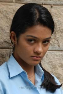 Actress Gayathri in Ponmaalai Pozhudhu Photo Gallery