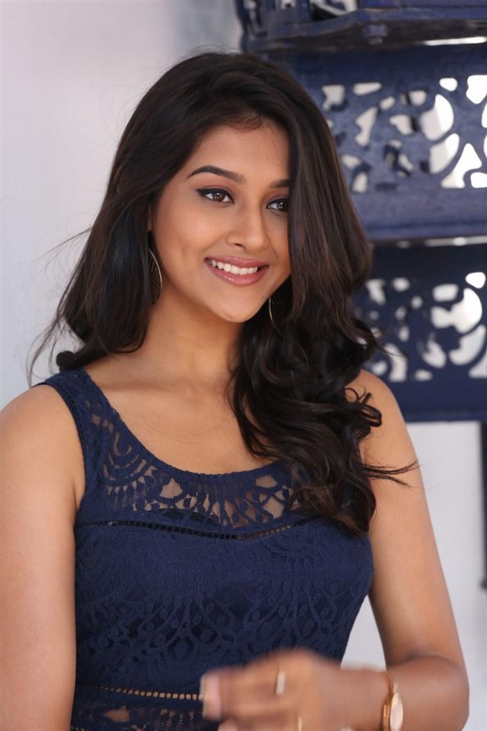 Dwaraka Actress Pooja Jhaver Interview Photos