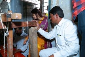 Actress Poonam Kaur celebrates her birthday with Handloom Weavers @ Somandepalli