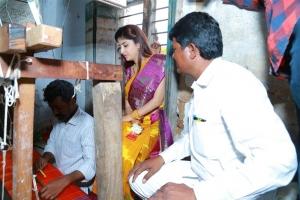 Actress Poonam Kaur visited the houses of handloom weavers