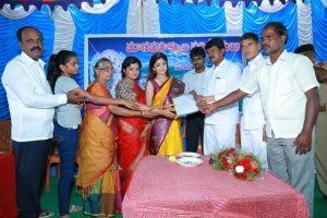 Actress Poonam Kaur celebrates birthday with Handloom Weavers @ Anantapur Photos