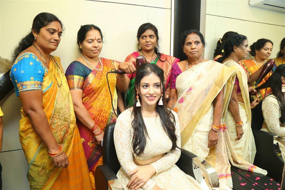Actress Priyanka Jawalkar inaugurates Be You Salon at Nalgonda Photos