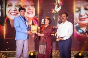 Malini Parthasarathy receiving the award from Health Secretary J. Radhakrishnan IAS @ Puthiya Thalaimurai Sakthi Awards 2018 Photos