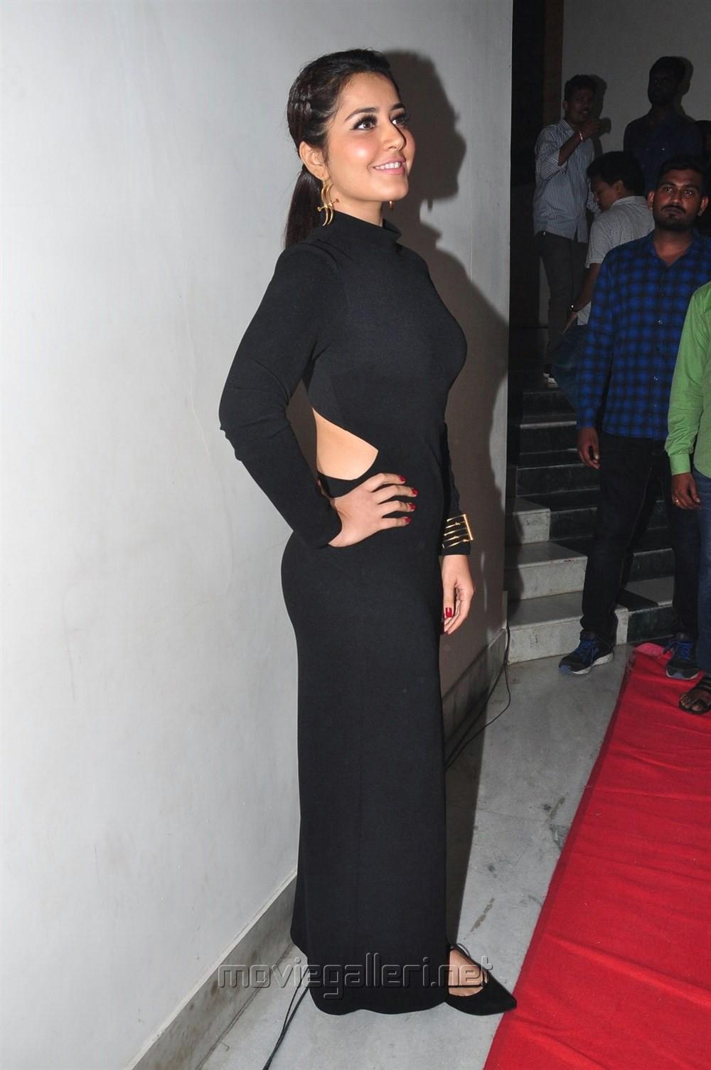 Actress Raashi Khanna Pics @ Chiranjeevi Birthday 2016 Celebrations