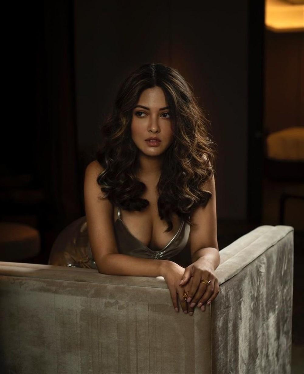 Tamil Actress Riya Sen Latest Photos