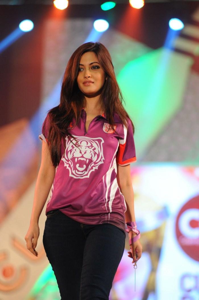 Picture 129110 | Actress Riya Sen Ramp Walk Stills | New ...