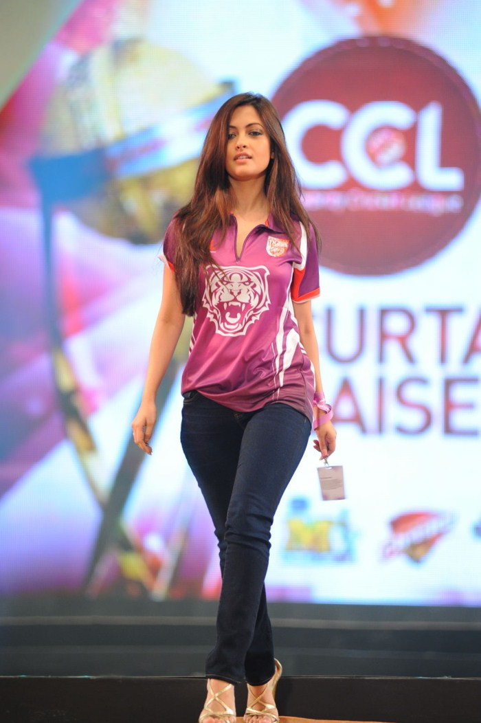 Picture 129115 | Actress Riya Sen Ramp Walk Stills | New ...