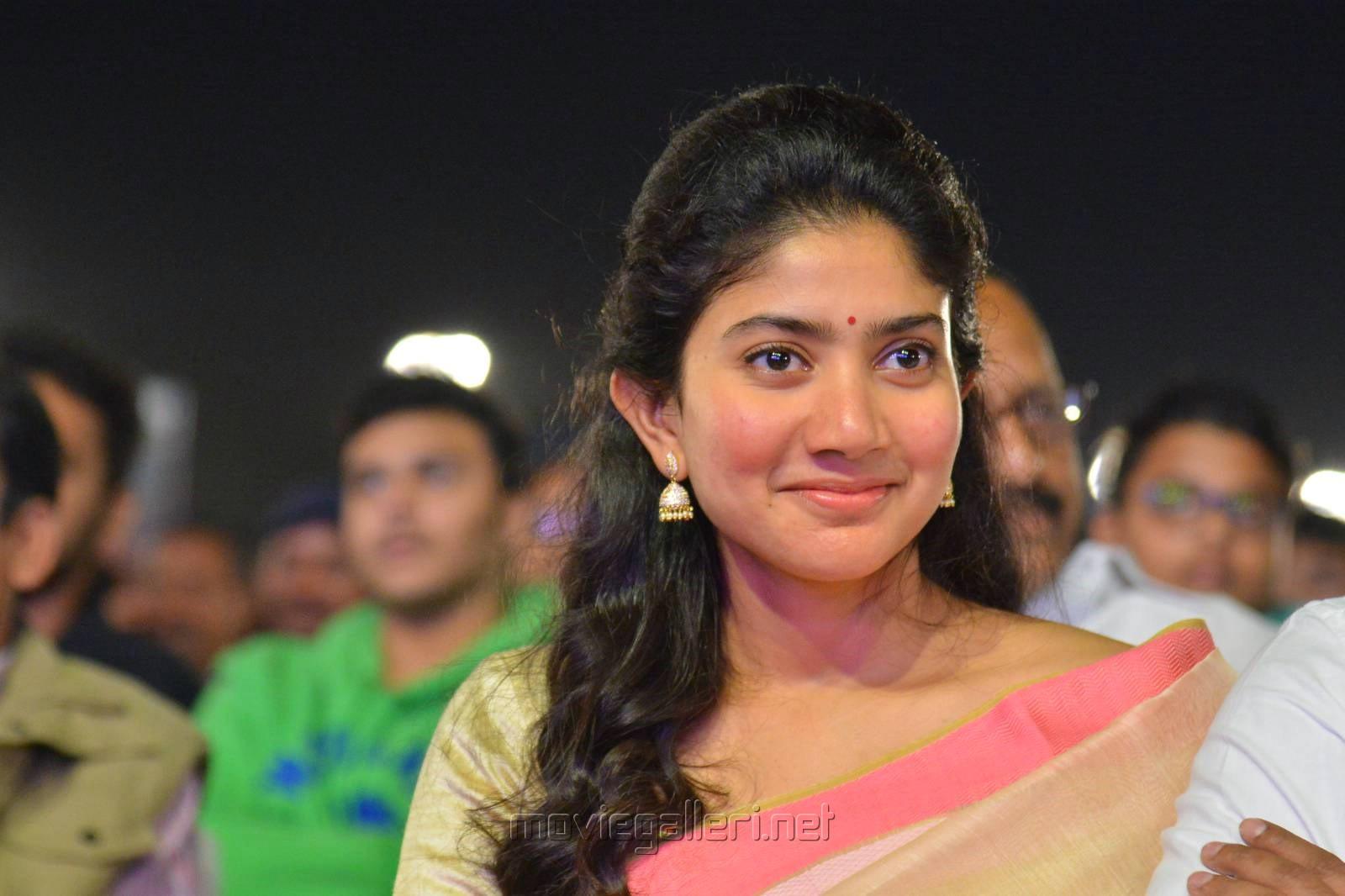 Actress Sai Pallavi Saree Stills @ Middle Class Abbayi Pre Release