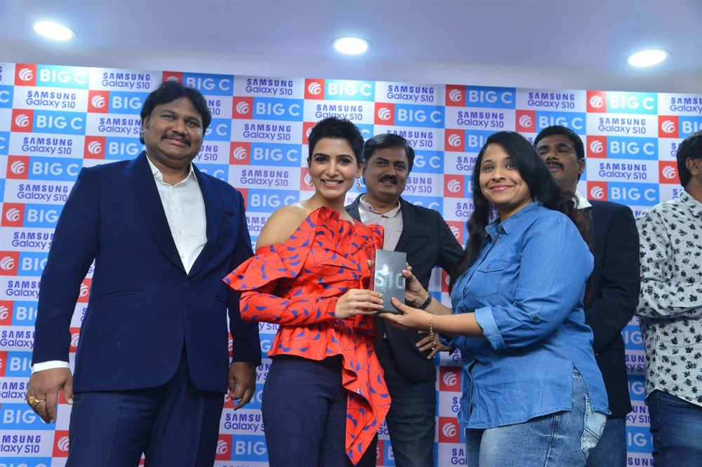 Actress Samantha launches Samsang S10E Mobile @ Big C Photos