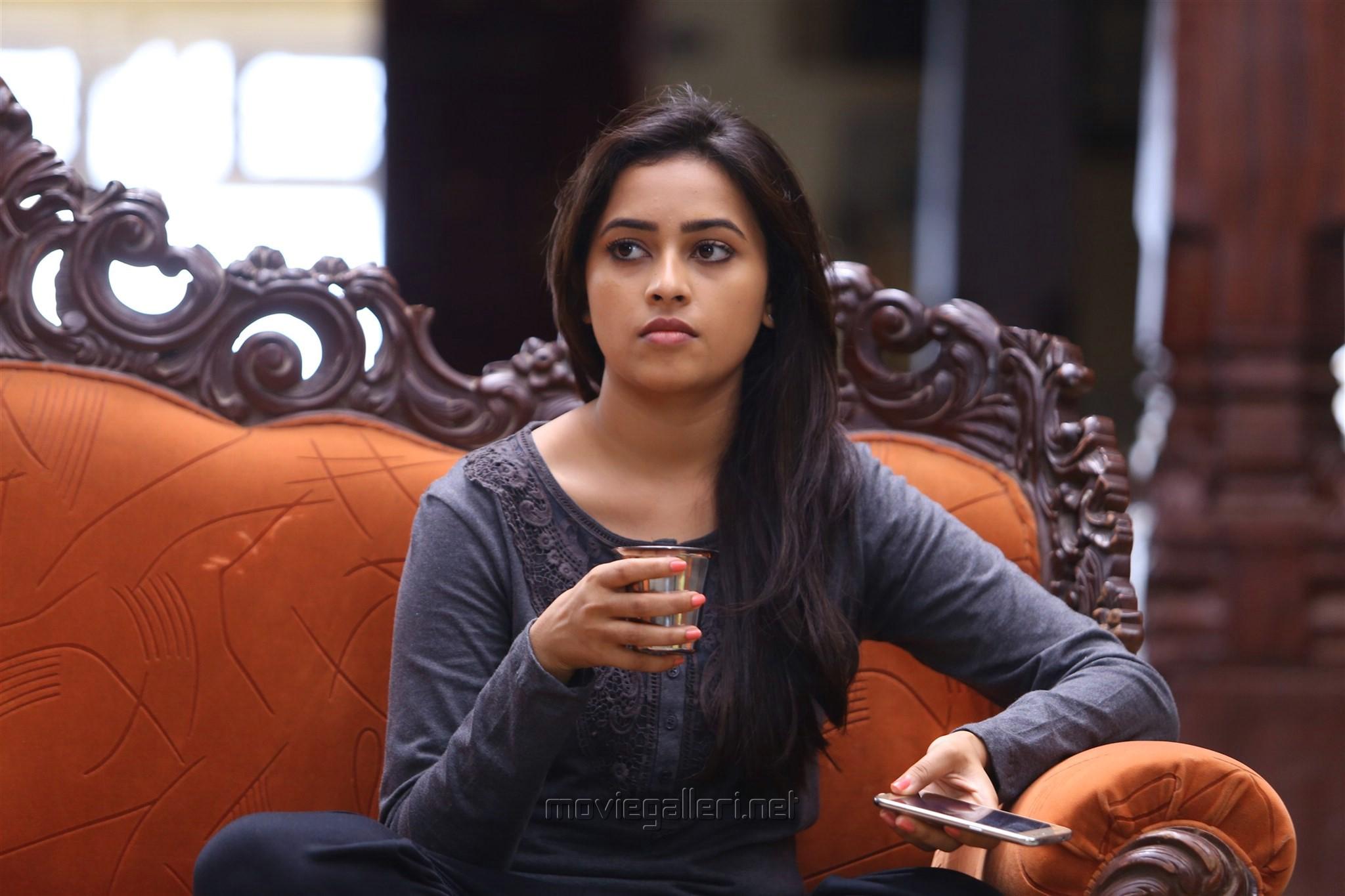 Actress Sri Divya in Sangili Bungili Kadhava Thorae New Pics
