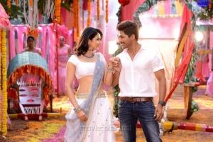 Rakul Preet Singh, Allu Arjun in Sarrainodu Movie Photos