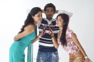 Bindu Madhavi, Thaman Kumar, Piaa Bajpai in Sattam Oru Iruttarai Stills