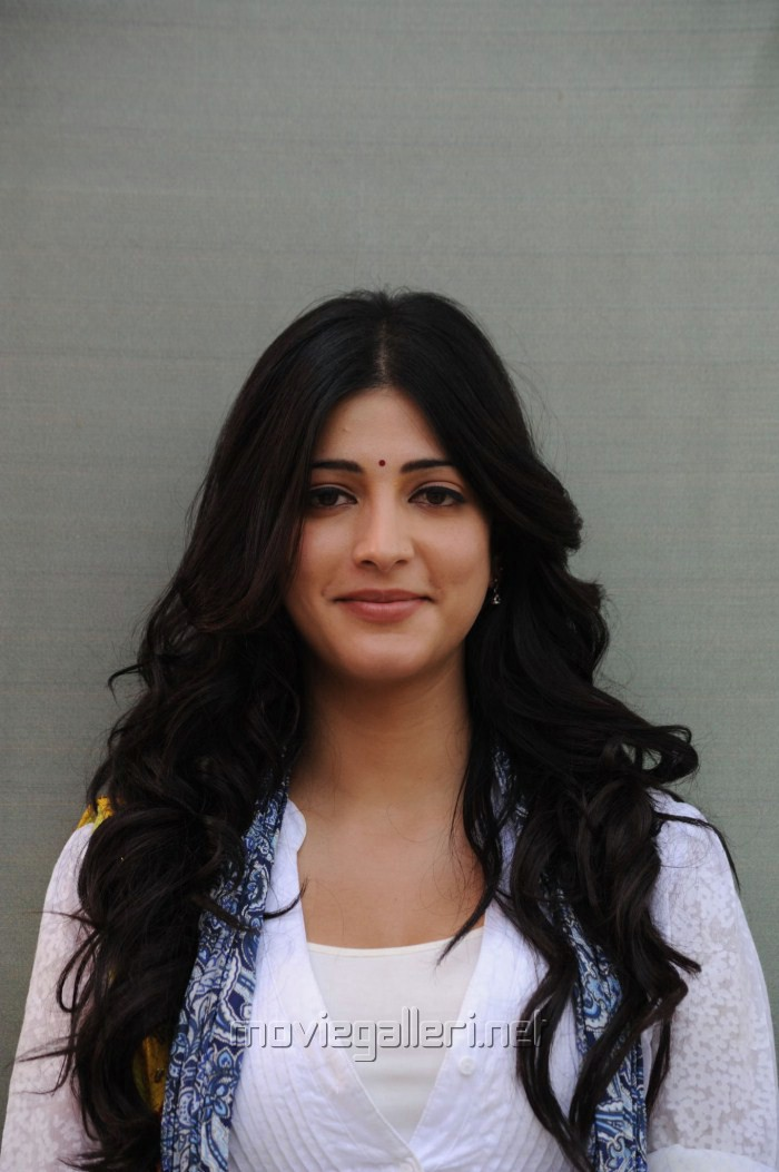 http://moviegalleri.net/wp-content/gallery/shruti-hassan-pics-in-oh-my-friend/cute_shruti_hassan_pics_stills_in_oh_my_friend_2429.jpg