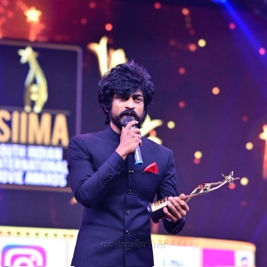 Actor-Arjun-Das-winning-Best-Actor-In-A-Negative-Role-Tamil-award-for-Kaithi-movie-@-SIIMA-Awards-2021