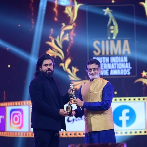 Actor-Nivin-Pauly-wins-Best-Actor-in-a-Leading-Role-Critics-Malayalam-award-for-Moothon-movie-@-SIIMA-Awards-2021