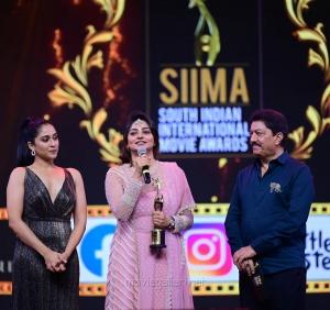 Actress-Rachita-Ram-winning-the-Best-Actress-In-A-Leading-Role-Kannada-award-for-the-Ayushmanbhava-movie-@-SIIMA-Awards-2021