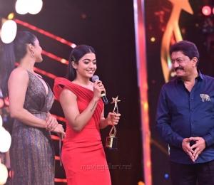 Actress-Rashmika-Mandanna-won-Best-Actress-In-A-Leading-Role-Critics-Kannada-award-for-Yajamana-@-SIIMA-Awards-2021