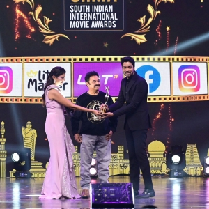 Allari-Naresh-won-Best-Actor-In-A-Supporting-Role-Telugu-award-for-the-movie-Maharshi-@-SIIMA-Awards-2021