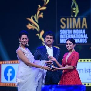 Anna-Ben-won-Best-Debutant-Actress-Malayalam-award-for-Kumbalangi-Nights-movie-@-SIIMA-Awards-2021