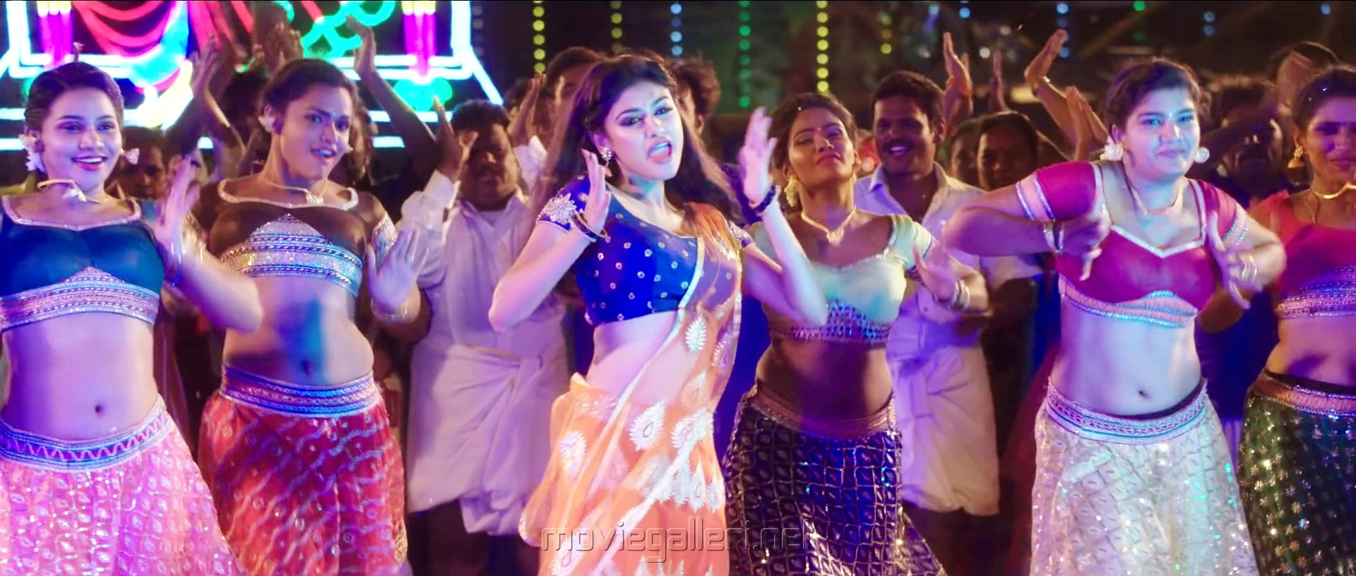 Actress Oviya in Silukkuvarupatti Singam Dio Rio Diya Song Stills HD