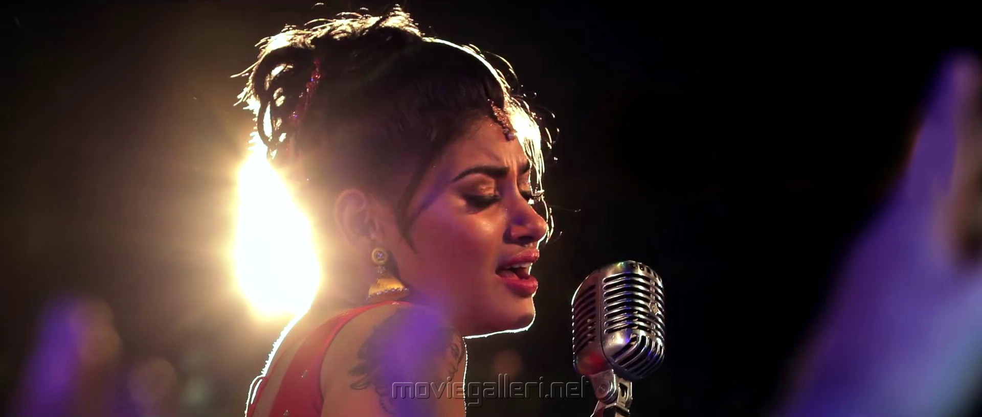 Actress Oviya in Silukkuvarupatti Singam Movie Item Song Stills HD