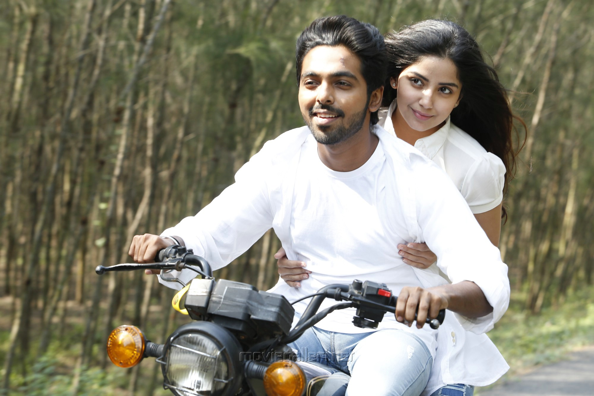 GV Prakash, Kasmira Pardeshi in Sivappu Manjal Pachai Movie Stills HD