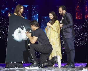 SHAH RUKH KHAN AND THE WINNING COUPLE AT SLAM+ THE TOUR IN LONDON