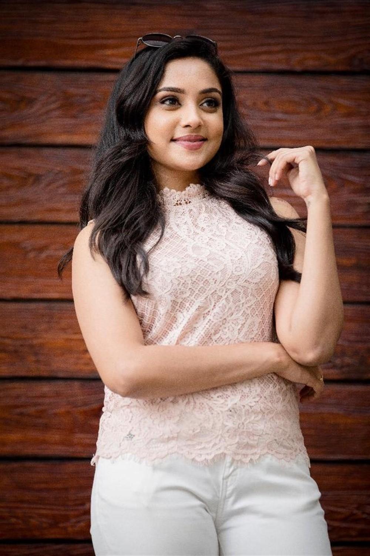 Actress Smruthi Venkat Photoshoot Pics
