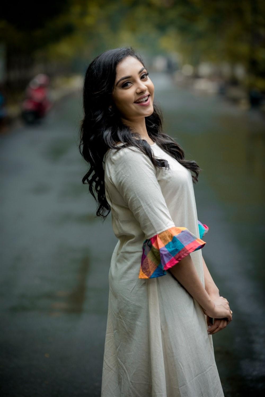 Actress Smruthi Venkat New Photoshoot Pics