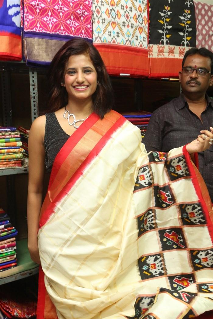 Sravani launches Pochampally IKAT Art Mela-2017 at BHEL Community Center, Ramachandrapuram, Hyderabad