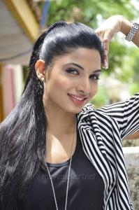 Heroine Avani Modi in Strawberry Telugu Movie Photos