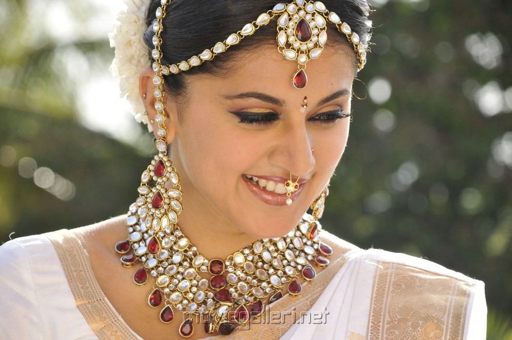 Taapsee pannu face expressions stills [ gallery view ]