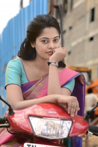 Actress Bindu Madhavi in Tamilukku En Ondrai Aluthavum Movie Photos