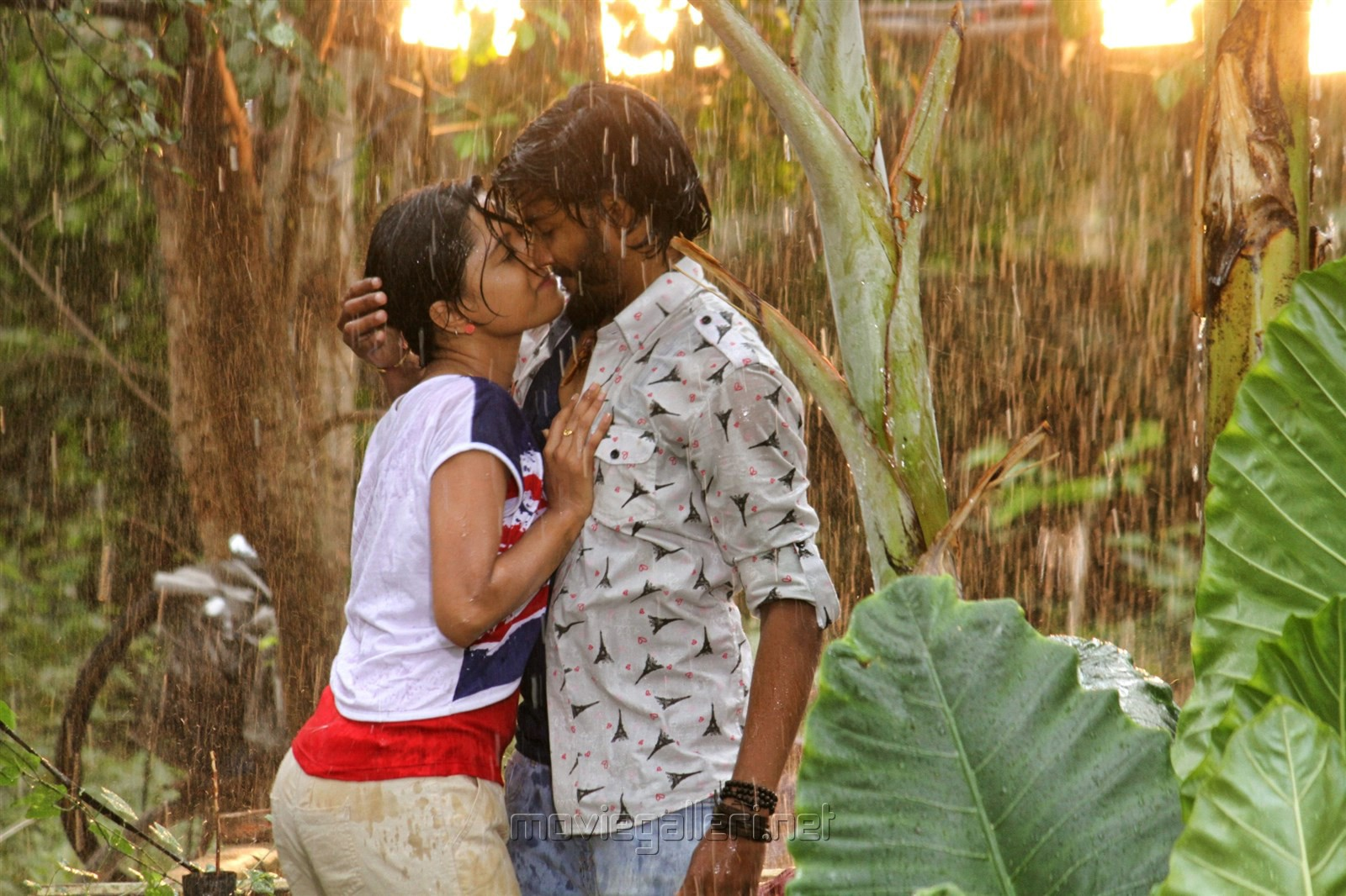 Akshatha, Pratheek in Theru Naaigal Movie Stills