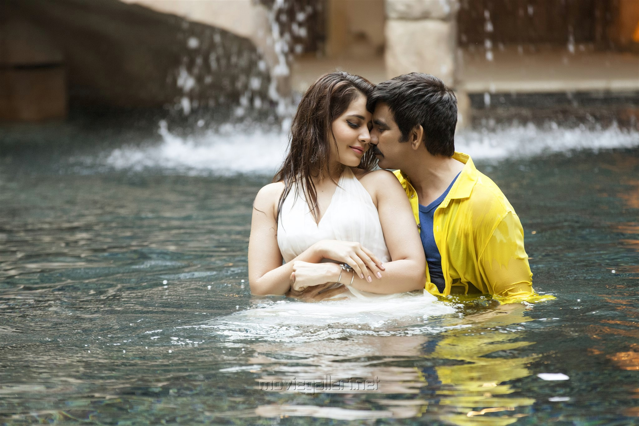 Hot Raashi Khanna & Ravi Teja in Touch Chesi Chudu Movie Images HD