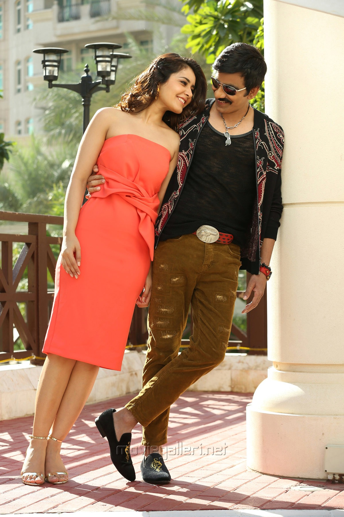 Ravi Teja & Raashi Khanna in Touch Chesi Chudu Movie Images HD