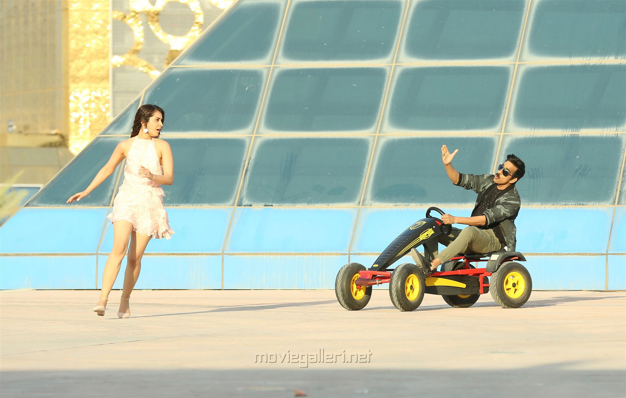 Rashi Khanna, Ravi Teja in Touch Chesi Chudu Movie Images HD